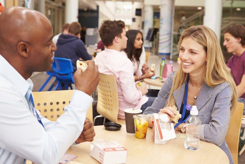 Högskolan handleder att äta lunch tillsammans royaltyfri fotografi