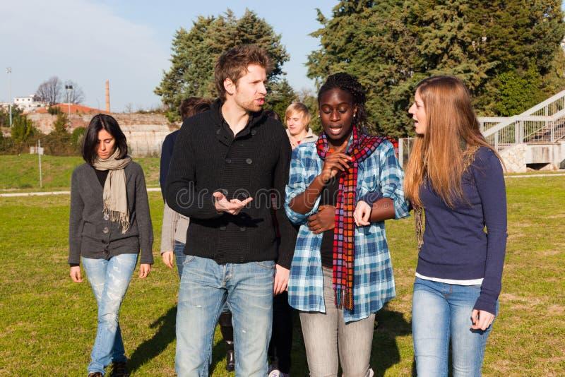 högskolan kopplar av deltagare arkivfoton