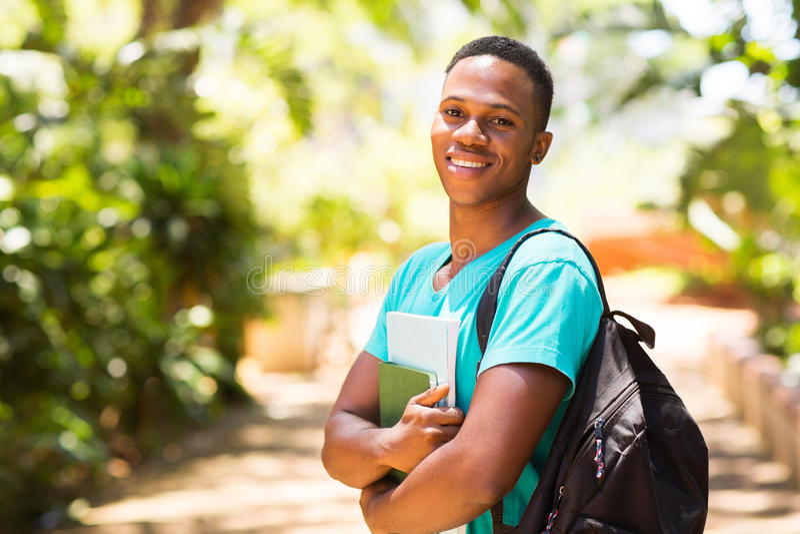 Högskolapojke på universitetsområde royaltyfria bilder