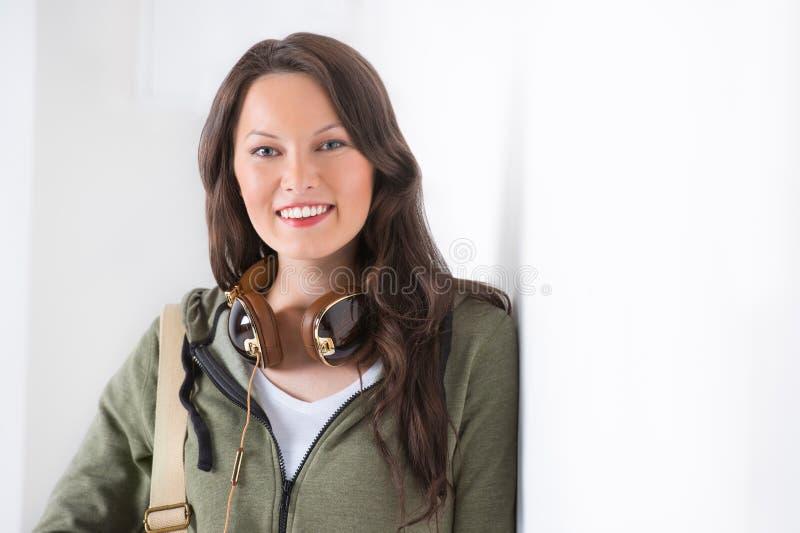 Högskolestudent för blandat lopp på den lutande väggen för universitetsområde fotografering för bildbyråer