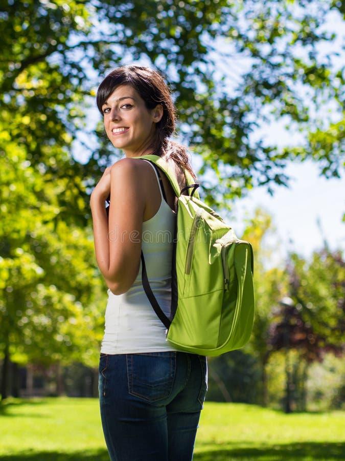 Högskolestudent med ryggsäck royaltyfri bild