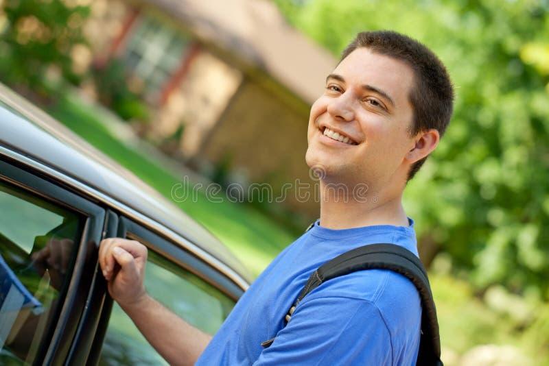 Högskolestudent som får i bil royaltyfria foton