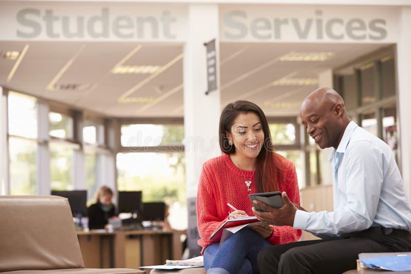 Högskolestudenten Having Meeting With handleder To Discuss Work fotografering för bildbyråer