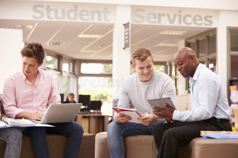 Högskolestudenten Having Meeting With handleder To Discuss Work arkivfoto
