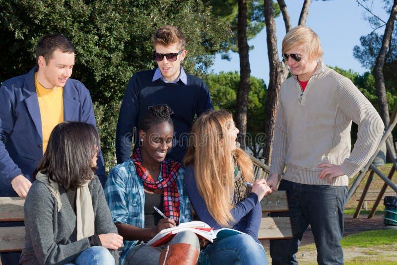 Högskolestudenter royaltyfria bilder