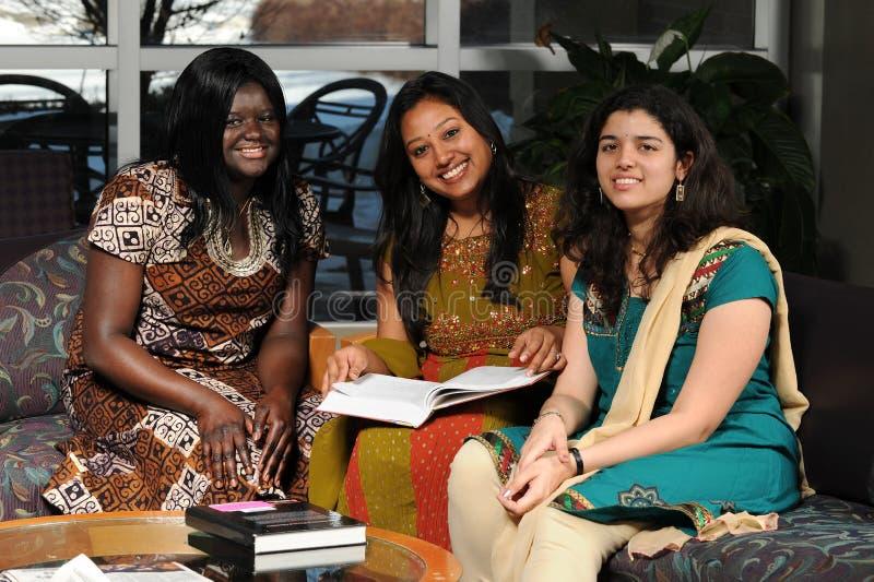 Högskolestudenter i etnisk dress arkivfoton