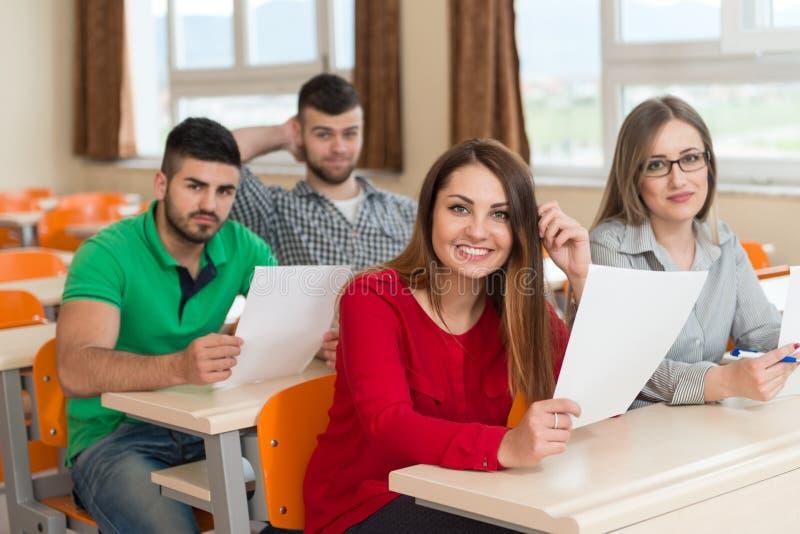 Högskolestudenter i föreläsningsrum på högstadiet royaltyfri fotografi