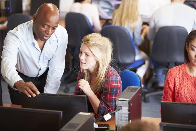 Högskolestudenter på datorer i teknologigrupp royaltyfria foton