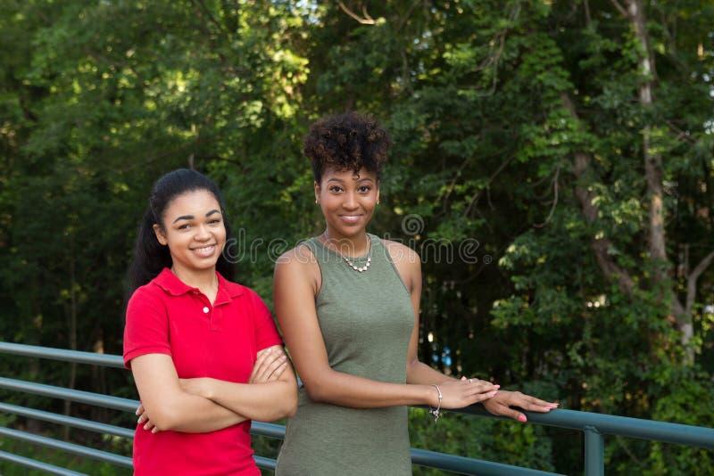 2 högskolestudenter på universitetsområde arkivfoto