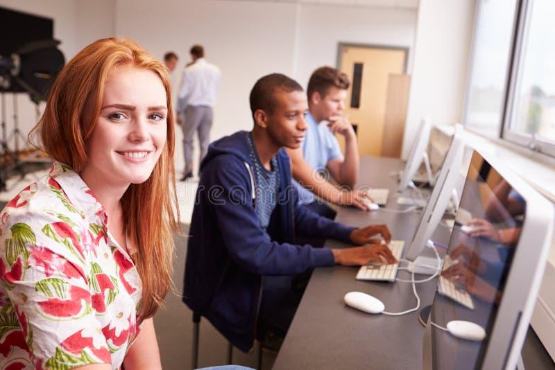 Högskolestudenter som använder datorer på massmediastudiekurs arkivbilder
