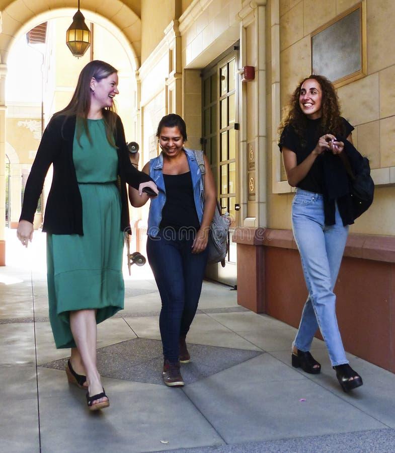 Högskolestudenter som går ut ur grupp arkivfoto