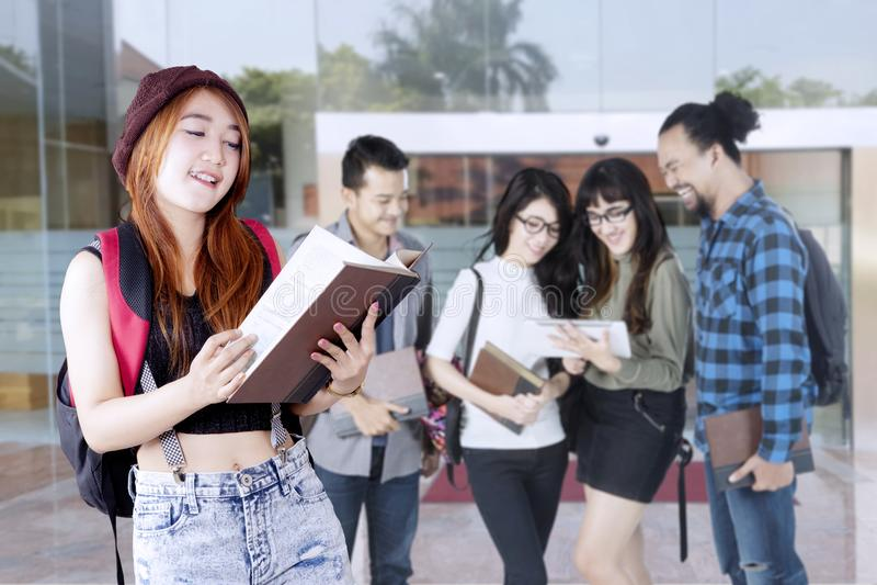 Högskolestudenter som har en diskussion utomhus arkivfoto