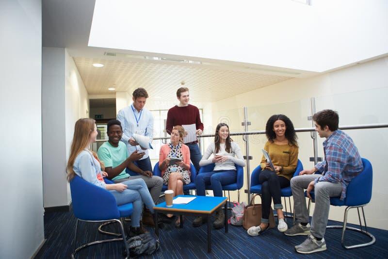 Högskolestudenter som har informellt möte med, handleder fotografering för bildbyråer