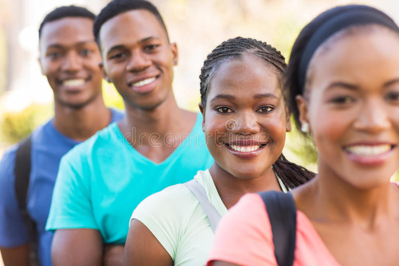 Högskolestudenter utanför arkivfoton