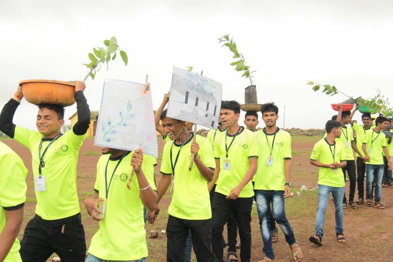 Högskolestudentvolontärer främjar trädkolonin arkivbilder