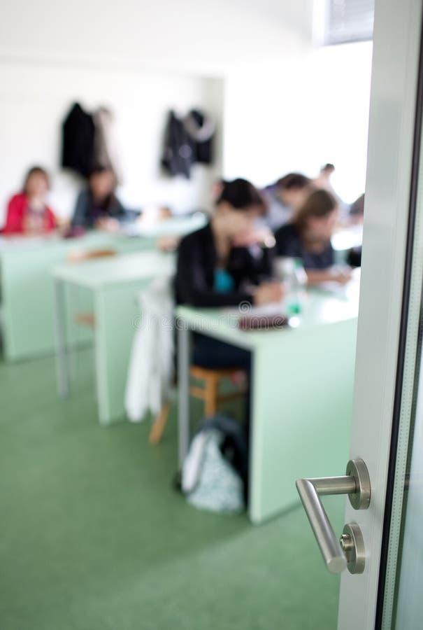 högskolestudentwriting arkivfoton