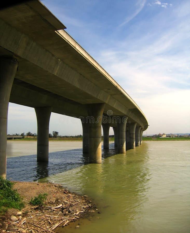 Download Högstämd huvudväg för bro fotografering för bildbyråer. Bild av konkret - 989451