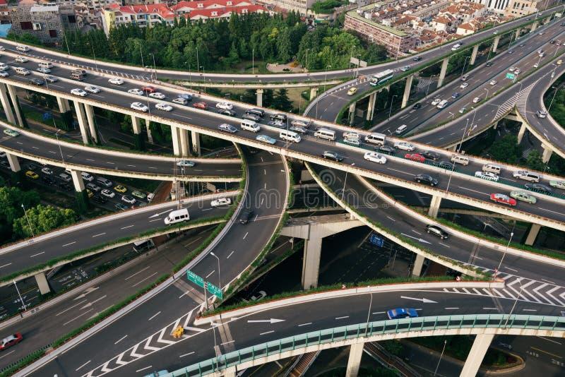 Högstämd huvudväg i Shanghai, Kina royaltyfria bilder