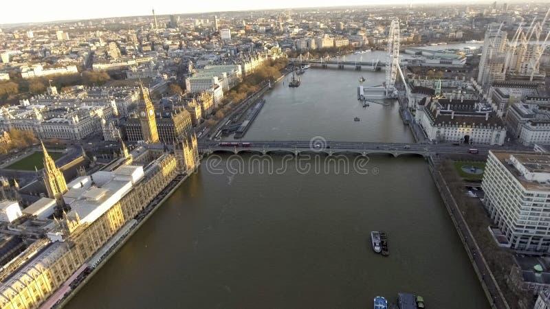 Högstämd sikt över staden av London längs flodThemsen royaltyfria foton