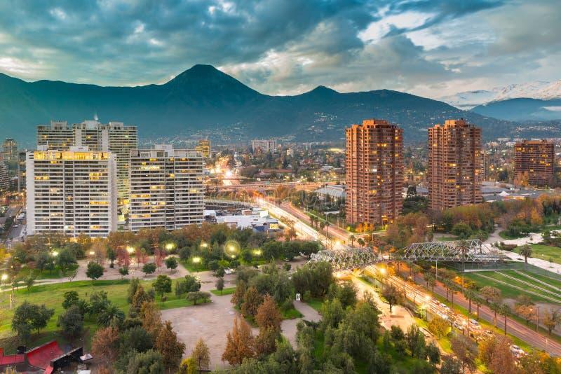 Högstämd sikt av det Las Condes området i Santiago de Chile och den Manquehue avenyn arkivbilder