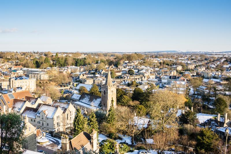 Högstämd sikt som ser över georgiska Bradford på Avon i snön Wiltshire, UK royaltyfria bilder