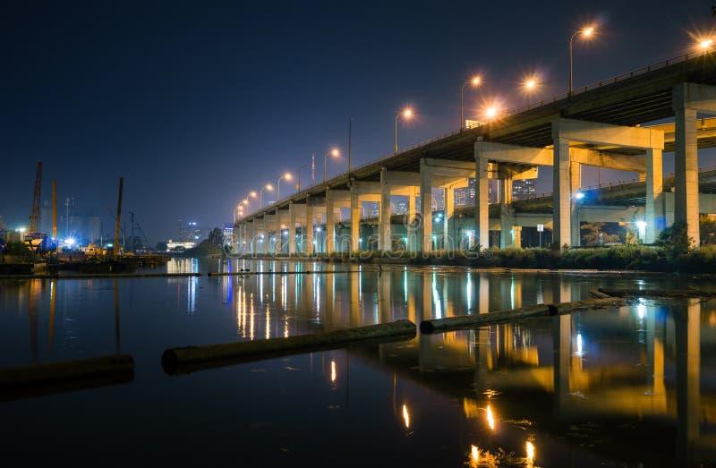 Högstämd väg längs en shoreline på natten royaltyfri foto