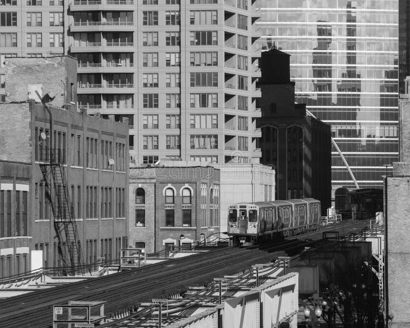 Högstämt drev ovanför sjögatan i den västra öglan Huvudsakliga gator i Chicago bw royaltyfri foto