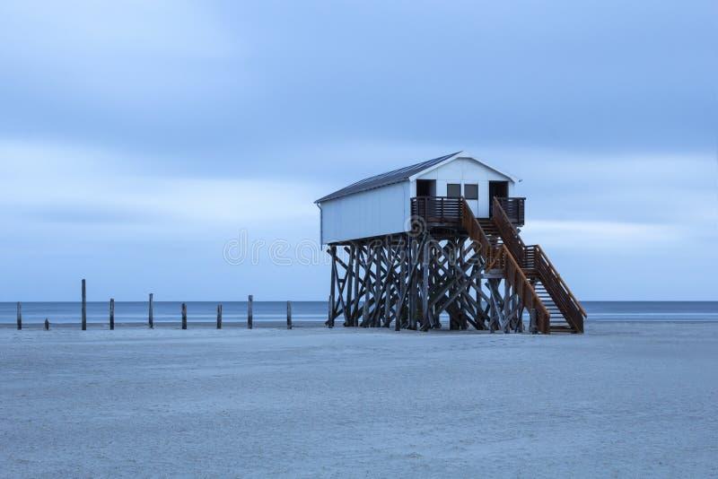 Högstämt hus på stranden arkivfoto