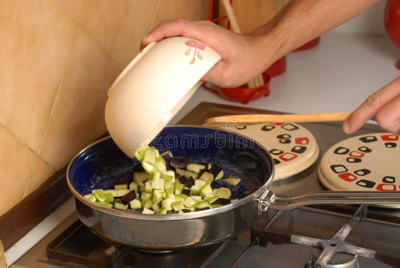 Högsta matlagningmål med aubergine och zucchinin royaltyfria bilder