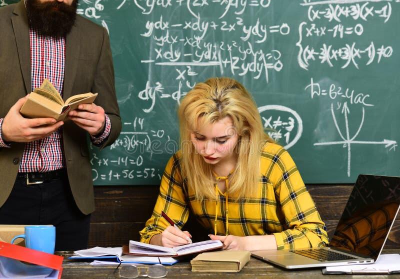 Högstadium eller högskolestudenter som tillsammans studerar och läser i arkiv Den försökande studenten är den som har mest royaltyfria foton