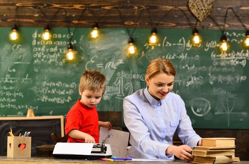 Högstadiumhögskolestudenter som tillsammans studerar och läser i grupputbildningsbegrepp, akademisk framgång, är mycket mer arkivfoto