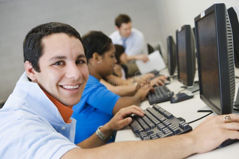 Högstadiumstudent In Computer Lab arkivfoton