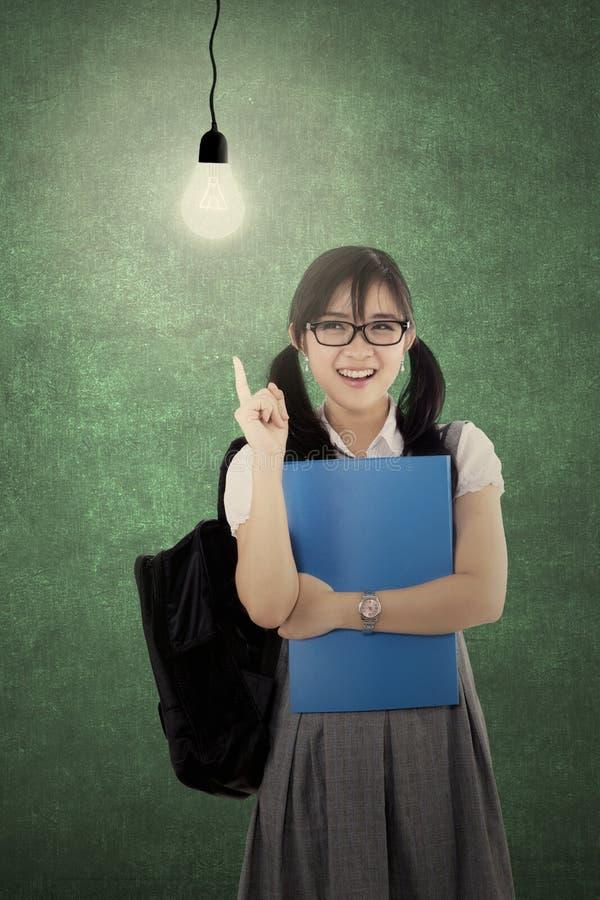 Högstadiumstudent som får en idé arkivfoto