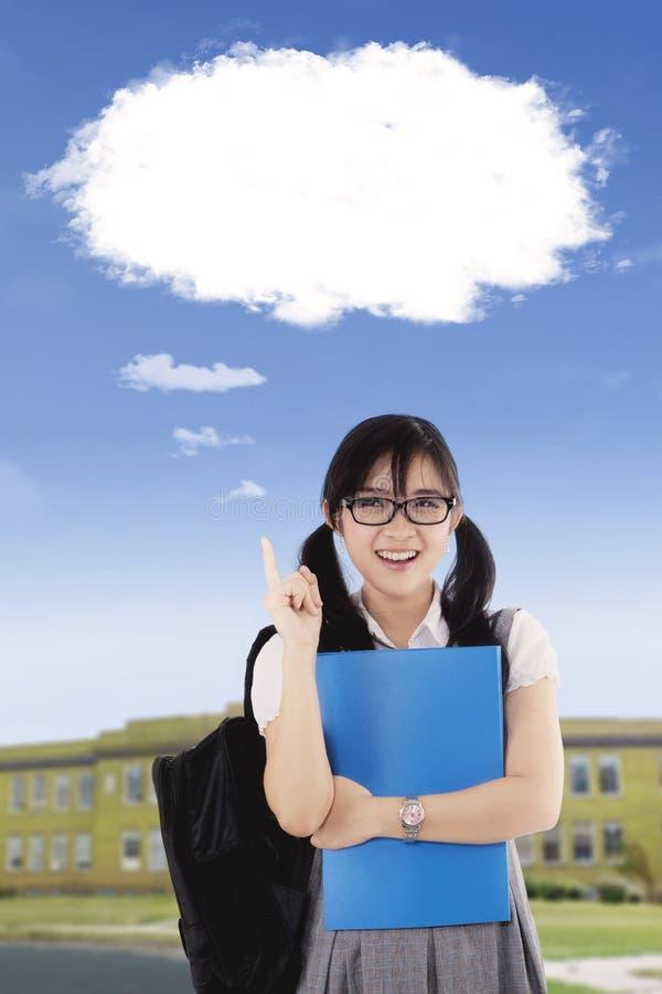 Högstadiumstudent som pekar på molnbubblan royaltyfria bilder