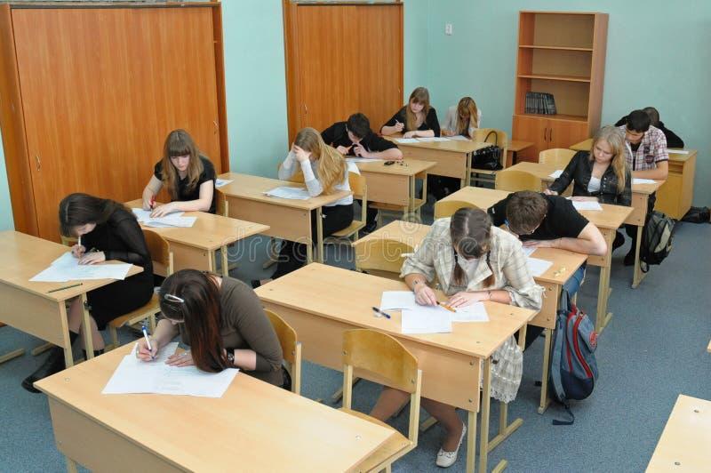 Högstadiumstudenter avgör en provuppgift royaltyfria bilder