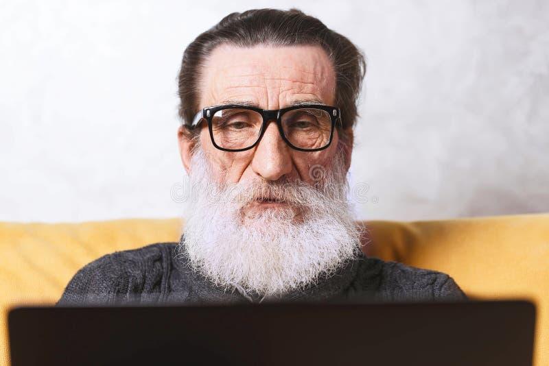 högt använda för bärbar datorman arkivfoto