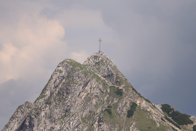 högt berg för kors fotografering för bildbyråer