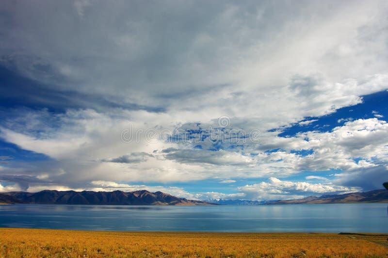 Högt berg och sjö Manasarovar royaltyfria foton