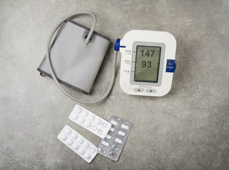 Högt blodtryckbegrepp Högt blodtryck med använda minnestavlor och preventivpillerar arkivbild