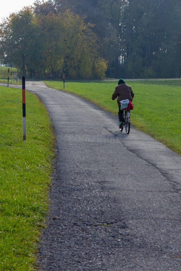 högt cykla för dam arkivfoton