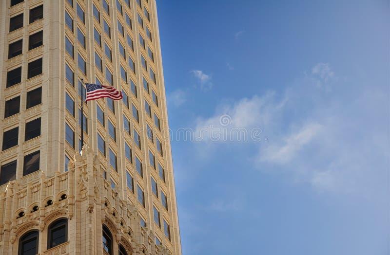 högt flaggaflyg royaltyfria foton