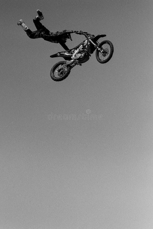 Högt flygmotorcykeltrick royaltyfri fotografi
