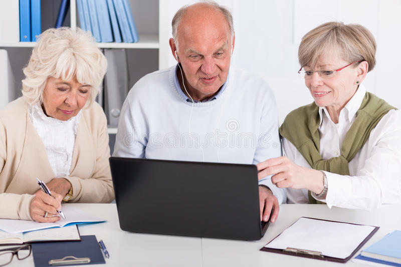 Högt folk med bärbara datorn royaltyfri bild