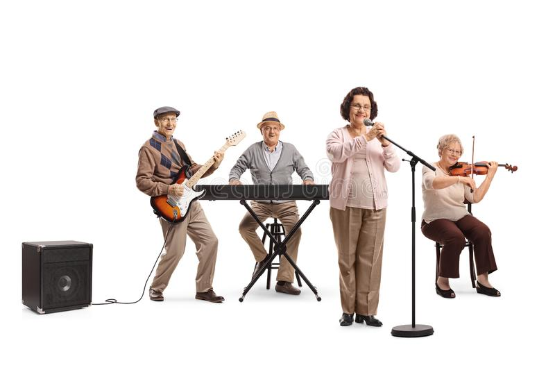 Högt folk som spelar på gitarren, fiolen och tangentbordet i en musikalisk musikband arkivfoton