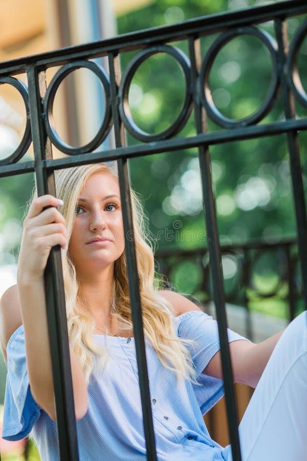Högt foto för högstadium av den blonda Caucasian flickan utomhus fotografering för bildbyråer