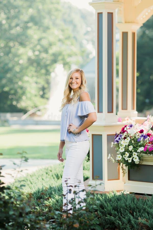 Högt foto för högstadium av den blonda Caucasian flickan utomhus royaltyfria bilder