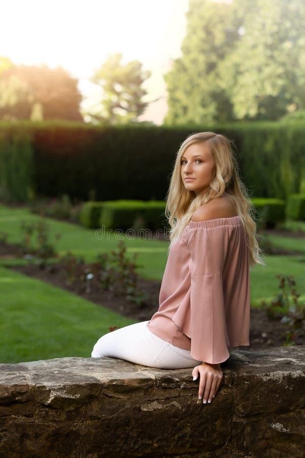 Högt foto för högstadium av den blonda Caucasian flickan utomhus royaltyfri foto