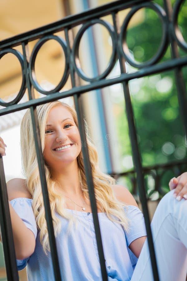 Högt foto för högstadium av den blonda Caucasian flickan utomhus royaltyfri fotografi