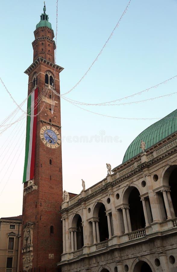 Högt klockatorn med den jättelika italienska flaggan av det historiska byggandet royaltyfria foton