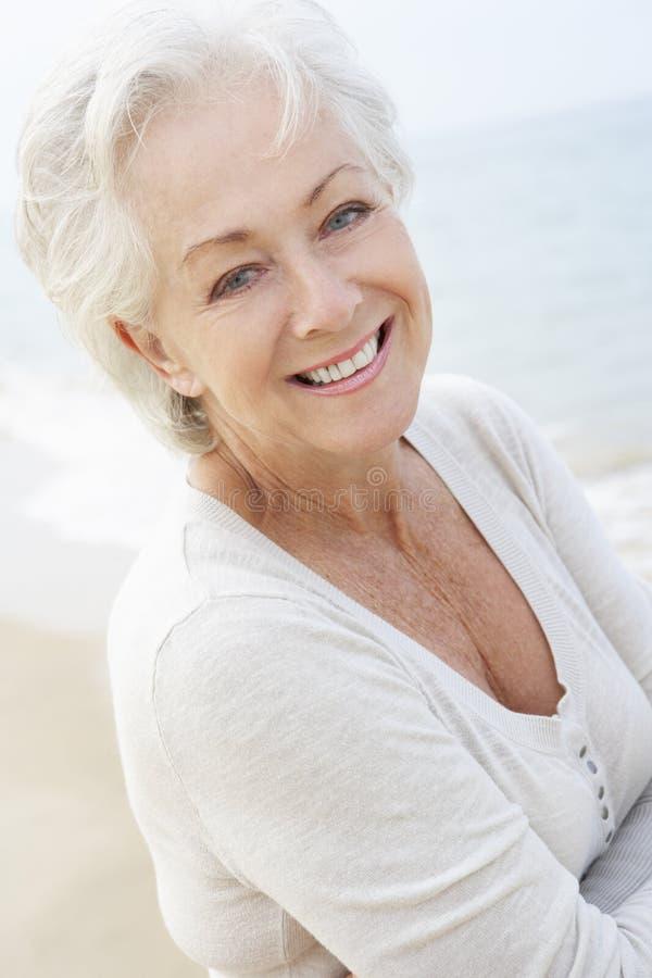 Högt kvinnaanseende på stranden royaltyfri foto